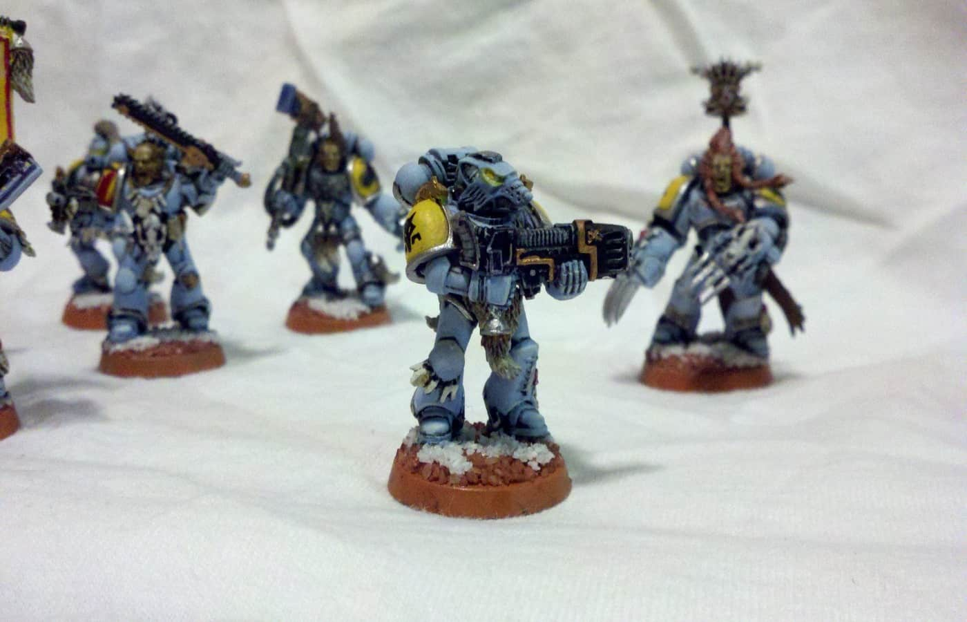 do warhammer minis come with bases